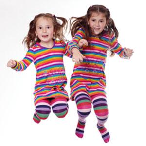 Kita-Kinder beim Herumspringen