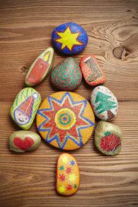 bunt bemalte Steine