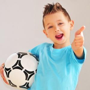 Junge im Kindergartenalter mit Fußball