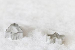 weihnachtliche Ausstech-Förmchen im Schnee