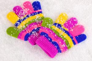 Kinderhandschuhe im Schnee