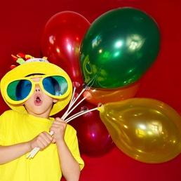 kleiner Junge mit Ballons