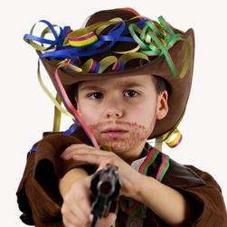 kleiner Junge im Cowboykostüm