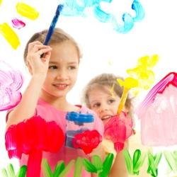 Kinder malen an Glas