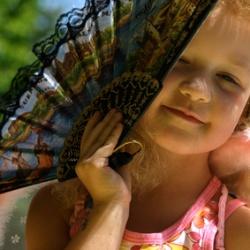 kleines Mädchen mit Fecher
