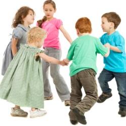 Kinder halten sich an den Händen und haben Spaß