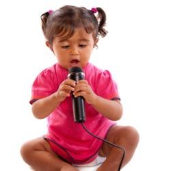 Mädchen unter drei mit Mikrofon