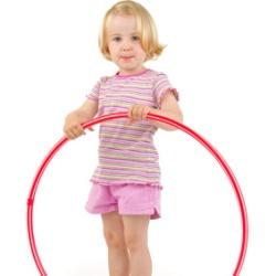 kleines Mädchen mit Hula Hoop-Reifen