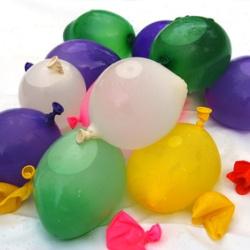 geplatzte und mit Wasser gefüllte Ballons