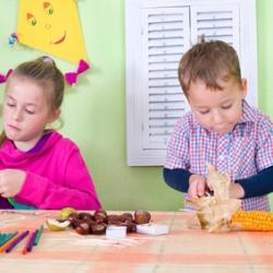 Kinder beim Basteln mit Naturmaterialien