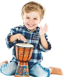 kleiner Junge mit Trommel