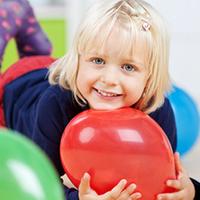 Mädchen mit rotem Luftballon