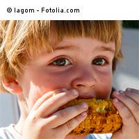 Kita-Kind isst Maiskolben