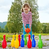 Flaschenkegeln im Garten