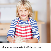 Kita-Kind beim Kochen
