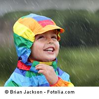 Kita-Kind im Regen