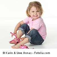 Kita-Kind beim Schuhe anziehen