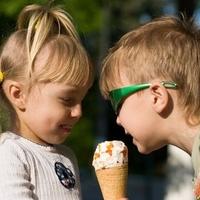 Kita-Kinder beim Eis essen