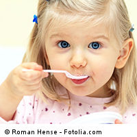 Kita-Kind beim Essen