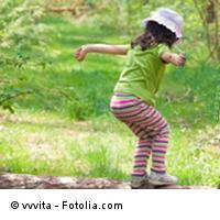 Kita-Kind beim Balancieren