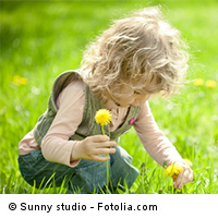 Kita-Kind beim Blumenpflücken