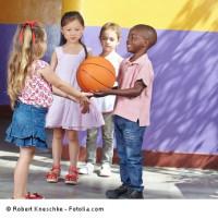 Kinder spielen Basketball im Kindergarten