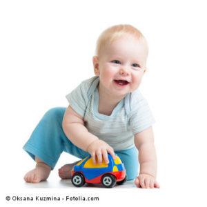 Baby spielt mit Spielzeug-Auto
