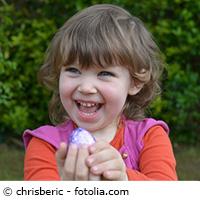 Kita-Kind mit Osterei in der Hand