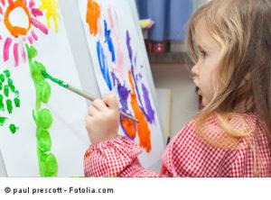 Kita-Kind beim Malen