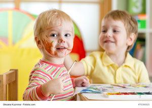 Kita-Kinder beim Malen