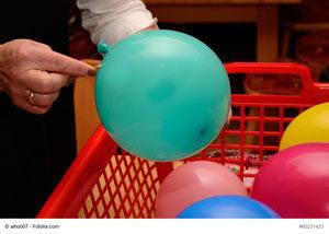 Luftballons zerstechen