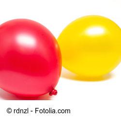 Bastelt einen Luftballon für die Kinder für lustige Wurfspiele.