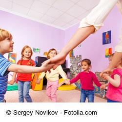 Zusammen mit den Kindern im Bewegungsraum ein Geschicklichkeitsspiel ausprobieren.