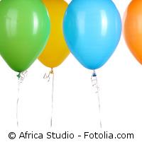 Bunte Luftballons auf weißem Hintergrund